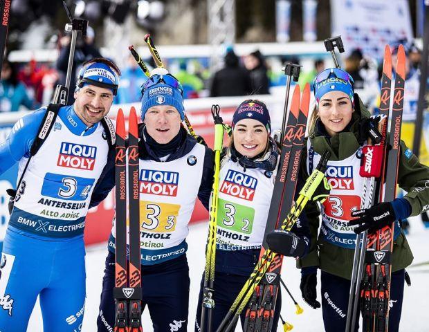 Dominik Windisch, Lukas Hofer, Dorothea Wierer e Lisa Vittozzi, in posa, all'arrivo della staffetta mista dei Mondiali di biathlon di Anterselva 2020