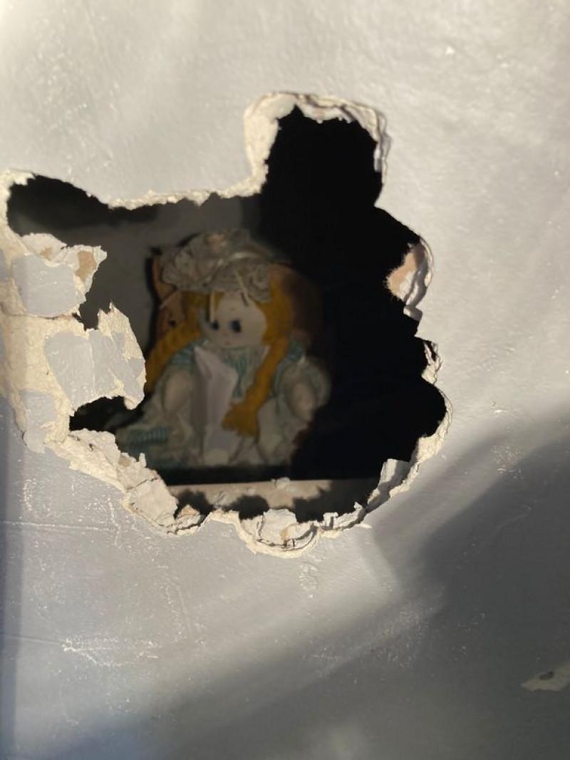 Păpușa găsită de Jonathan Lewis în spatele peretelui fals din noua sa casă. Sursă foto: Liverpool Echo