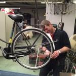 Fietsenmaker Jurgen Zijlmans knapt bij Twiddus verweesde fietsen en brommers op.