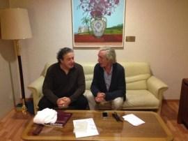 Juanjo Mena y el autor de la entrevista en un camerino del Auditorio Nacional