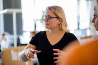 Agile Marketing: Product-Owner Helen Schrader beim Daily Scrum.