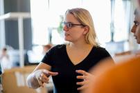 Scrum im Marketing: Product-Ownerin Helen Schrader geht auf Besonderheiten der aktuellen User-Story ein.