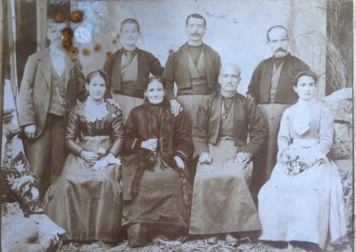 Битолско еснафско семејство на едни од најстарите фотографии на битолчани кои датираат од 1885 г.