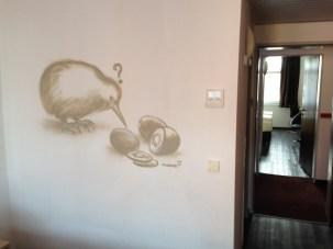 Kiwi. Michel & Friends Hotel Hodenhagen 2018. Gesprühte Illustration-jedes Zimmer mit individueller Gestaltung. Spraypainted illustration, every room with a customized topic.