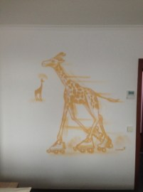 Giraffe auf Roller Skates/Giraffe on roller skates. Michel & Friends Hotel Hodenhagen 2018. Gesprühte Illustration-jedes Zimmer mit individueller Gestaltung. Spraypainted illustration, every room with a customized topic.