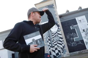 """Helge """"Bomber"""" Steinmann Graffiti Künstler in Höchst vor dem bemalten Musikbunker an der Leunastraße"""