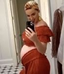 Katy Perry show off bump in new photo