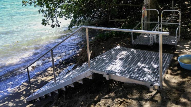 L'escalier est positionné au bout de l'allée cimentée afin de pouvoir approcher au plus près avec les chariots à bouteilles de plongée.