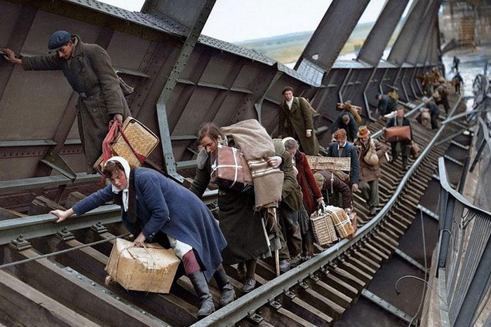Striking-Photos-Of-WWII-Refugees-Escaping-to-Safety-In-Syria-