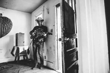 "Glide Magazine premieres ""I'm Just a Man"" by Derek Hoke"
