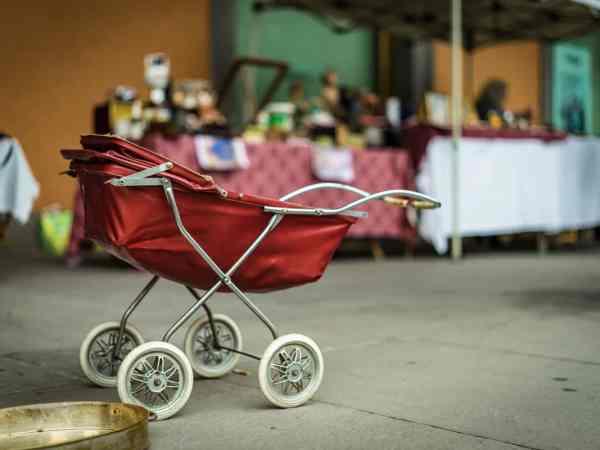 Zwillinge oder Geschwister in unterschiedlichen Kinderwägen zu transportieren kann extrem umständlich und unpraktisch sein, grade wenn man alleine unterwegs ist. Deswegen bietet sich der Kauf eines Zwillingskinderwagens an, da hier mehrere Kinder gleichzeitig Platz finden.