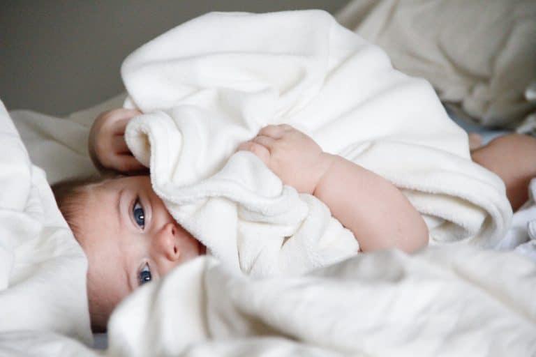 Baby mit Kuscheldecke