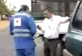 Va manejando distraído con el teléfono y atropella 2 policías. Lo multarán?