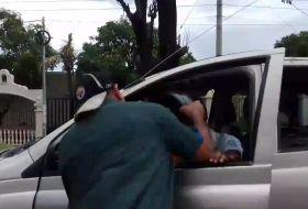 Cuando le gritas al motorizado suicida y se baja a darte con el casco #video