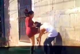 Video de una mujer golpeando a un hombre (para variar). Dicen que le subió la falda