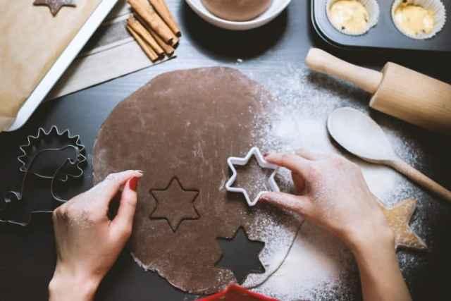 Frau sticht Kekse aus