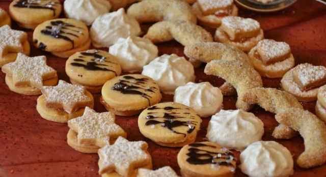 weihnachtliche Kekse in Reihen