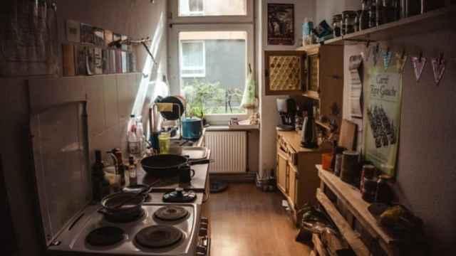 Kleine unordentliche Küche