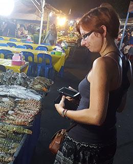 Ninon qui bave devant les seafood