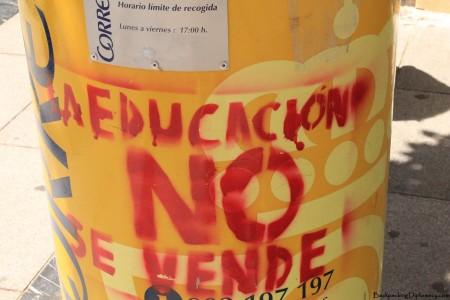 """Reads: """"La educación no se vende"""" English: Do not sell the education"""