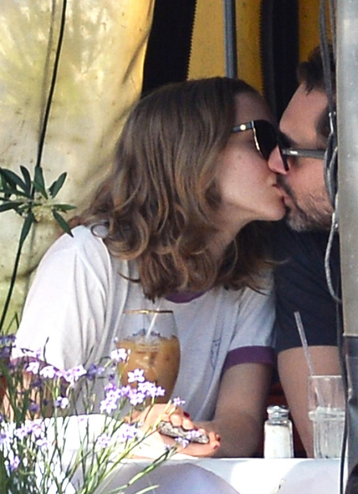 Amanda Seyfried and new boyfriend Thomas Sadoski are spotted kissing and enjoying  a romantic lunch at Cheebo in Los Angeles, CA.