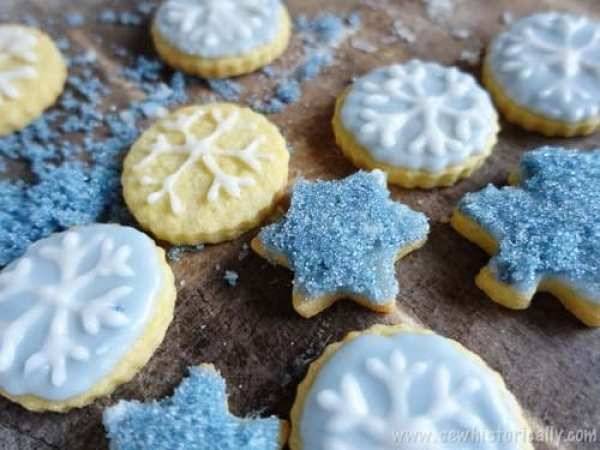 Sparkling Blue Cookies Colored with Red Cabbage - Sew historically