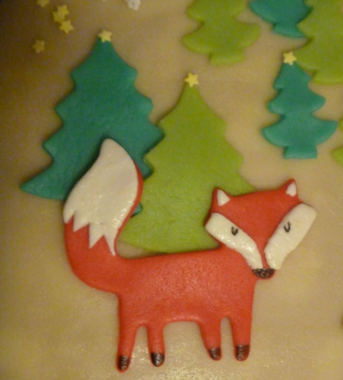 Fuchs im Wald für die Marzipan-Erdbeer-Mascarpone-Torte
