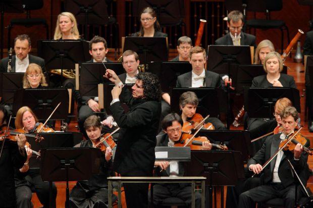 Giancarlo Guerrero & Nashville Symphony_photo by Bill Steber