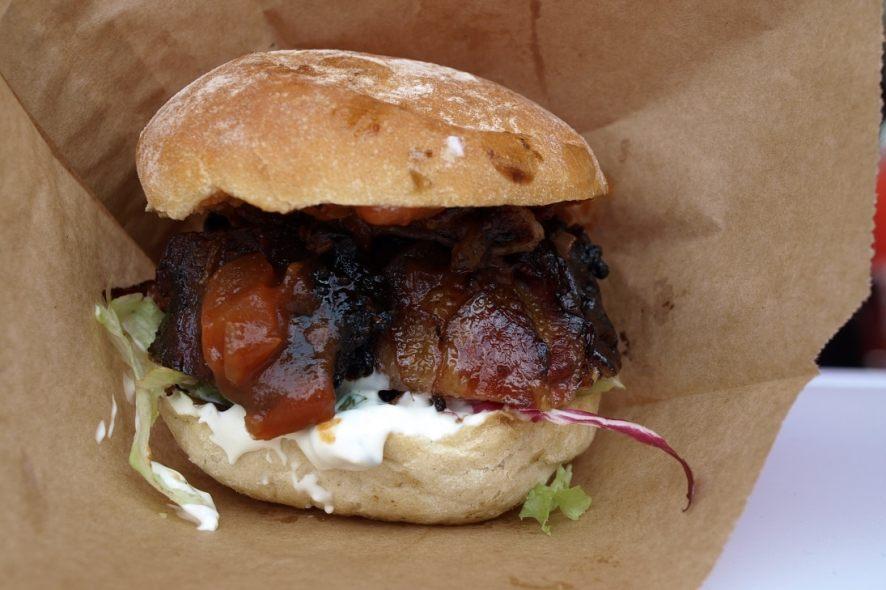 Bacon Bomb Burger vom Speisewagen beim Burger Clash Köln