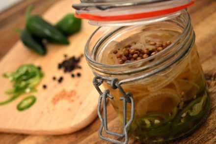 Eingelegte Jalapeños - Süßes Rezept für Burger, Sandwiches und Saucen