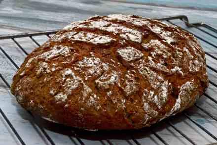 Rezept für selbstgebackenes Sauerteigbrot mit Roggen aus dem Dutch Oven