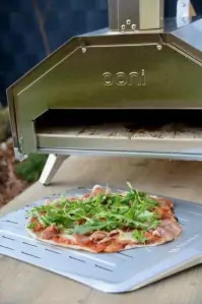 Ooni Pro Pizzaofen: Pizza mit Rucola und Parmaschinken