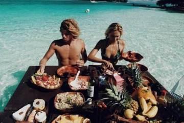 Daily Fresh Baked Randomness (36 Photos) sea couple
