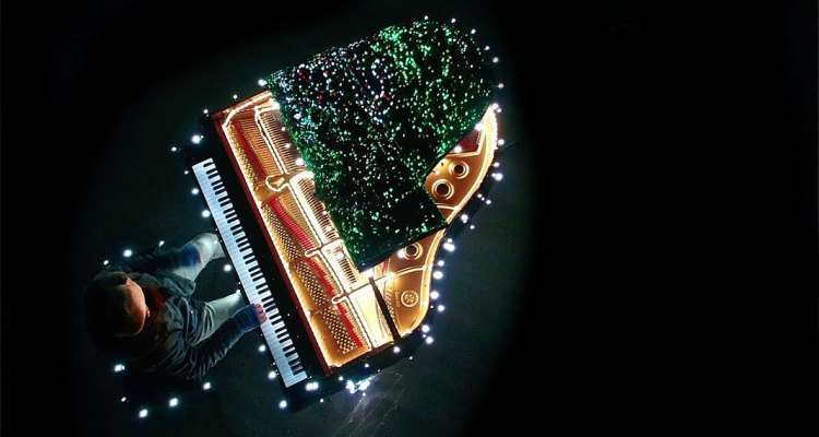 Piano Keys Control 500,000 Christmas Lights 1