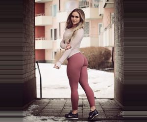 Squat girls (24 photos)