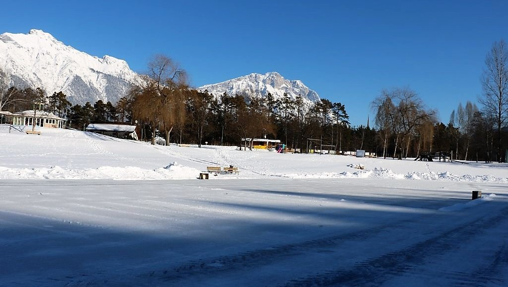 """Winterlicher Badesee von Schnee und Eis bedeckt - """"Die Eisdecke ist stabil für Kufensportler"""", Foto: Knut Kuckel"""