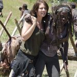 Comic-Con 2018, The Walking Dead: Lauren Cohan e Danai Gurira portano una pizza ad un fan