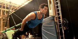 Justice League: Henry Cavill e le prove di volo in un video dal backstage