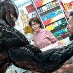 Venom: il simbionte minaccia un uomo in una nuova immagine