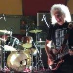 Bohemian Rhapsody: Brian May e Gwilym Lee alle prese con un celebre assolo in un video dal backstage