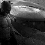 Batman v Superman: il Crociato Incappucciato al fianco della Batmobile in una nuova foto dal backstage