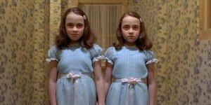 """Shining: le """"gemelline"""" del film di Stanley Kubrick giudicano come """"spazzatura"""" la miniserie tv"""