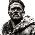 King Arthur: Il Potere della Spada, Charlie Hunnam è un re venuto dal nulla nel nuovo poster italiano