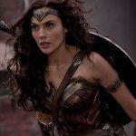 Batman v Superman: Gal Gadot combatte Doomsday in una nuova foto dietro le quinte