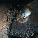 IT: Pennywise si nasconde nelle fognature in una nuova immagine