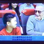 """Iron Man Experience: ecco il cammeo di Stan Lee nelle """"istruzioni video"""" dell'attrazione di Disneyland Hong Kong"""