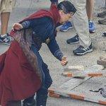 Avengers: Infinity War, Doctor Strange e Iron Man tra fiamme e macerie nelle nuove foto dal set