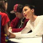 Comic-Con 2017: Gal Gadot e Jason Momoa confortano due piccoli fan