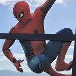 Spider-Man: Homecoming, Spidey appeso ad un grattacielo di Tokyo in un suggestivo poster su vetro