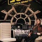 Solo: a Star Wars Story, i protagonisti all'interno del Millennium Falcon in un nuovo standee